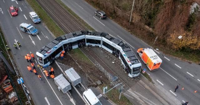 Almanya'da kamyon ile tramvay çarpıştı