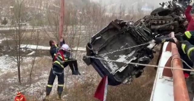 Tır köprüde asılı kaldı: Şoför böyle kurtarıldı