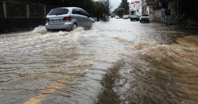 Bodrum'da duvarlar çöktü, evleri su bastı