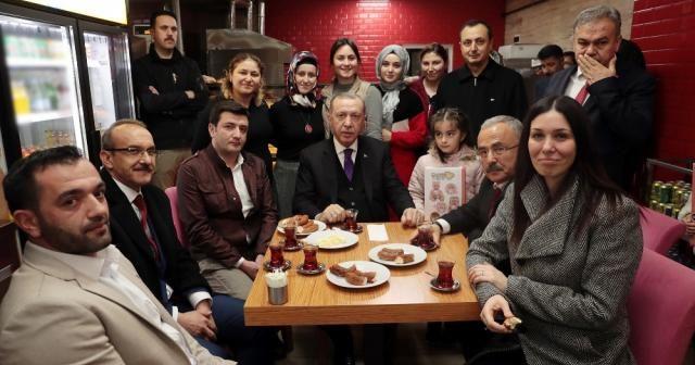 Erdoğan vatandaşlarla çay içip simit yedi