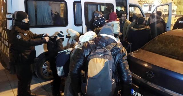 İstanbul'da durdurulan minibüste 24 mülteci yakalandı