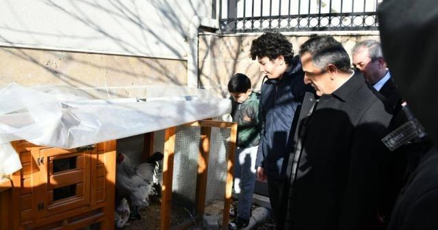 Vali Kaymak tavuklarından ayrılamayan öğrenci ile buluştu