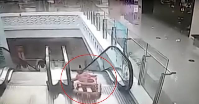 Yürüteçteki bebek yürüyen merdivenlerden yuvarlandı