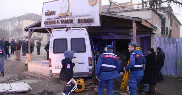 Otomobile çarpan minibüs lokantaya girdi: 12 yaralı