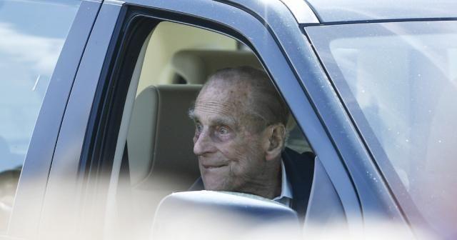 Prens Philip ehliyetini polise teslim etti