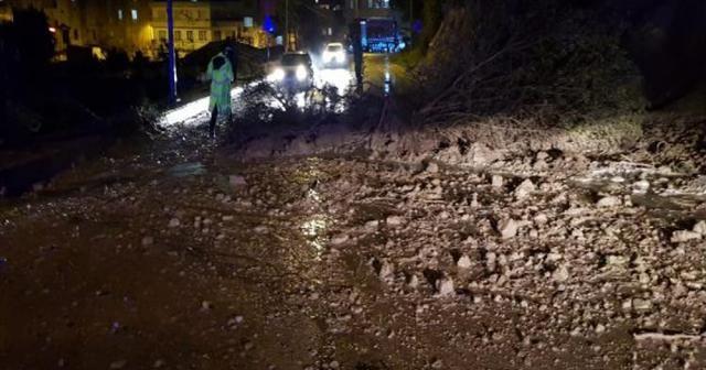 Kuşadası'nda sağanak yağış toprak kaymasına neden oldu