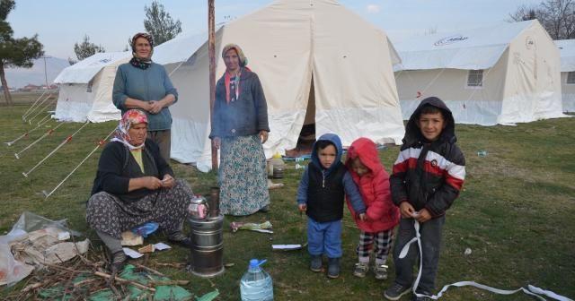 Depremzedeler çadırlarında ilk geceyi geçirdi