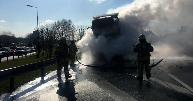 İstanbul'da hafriyat kamyonu yandı