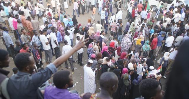 Protestocular Askeri Geçiş Konseyi'ne taleplerini iletti