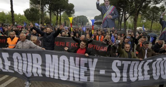 Arnavutluk'ta muhalifler hükümete karşı sokağa çıktı