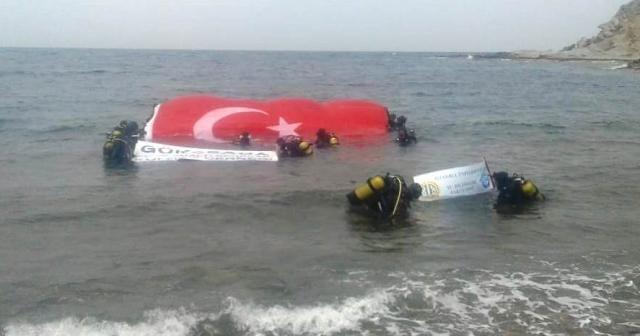 Guinness rekortmeni Karabay su altında dev Türk bayrağı açtı