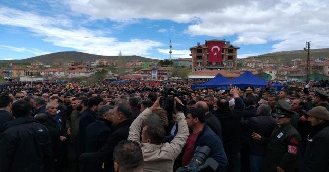 Kılıçdaroğlu zırhlı araçla bölgeden uzaklaştırıldı.