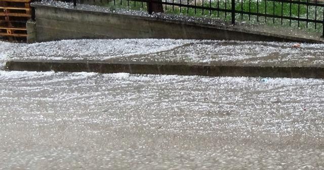 15 dakikalık dolu yağışı şehri felç etti