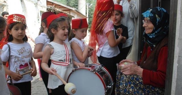 Minikler Ramazan davulcusu oldu