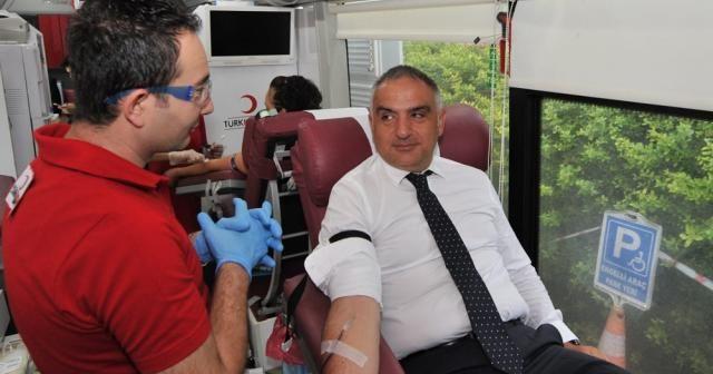 Bakan Ersoy'dan Kızılay'a kan bağışı