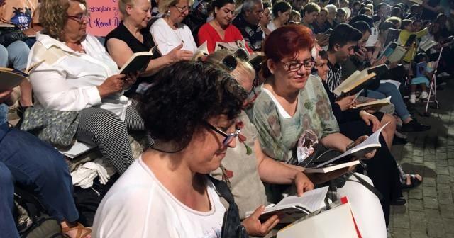Binlerce kişi aynı anda kitaplarına sarıldı