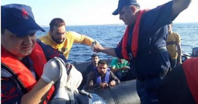 Lastik botta 37 düzensiz göçmen yakalandı