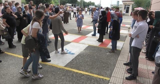 Sınav merkezine son saniyede alkışlar arasında girdi