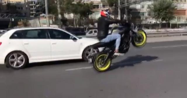 Trafiği birbirine katan motosiklet sürücüleri kamerada