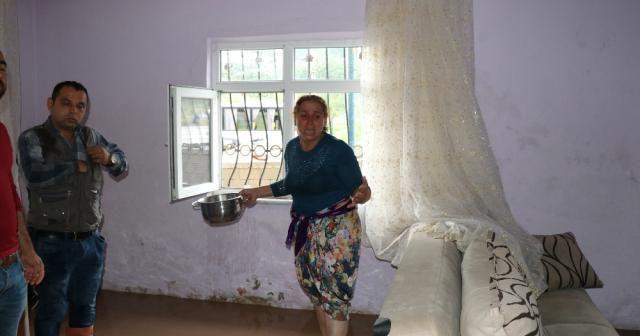 Evini lağım suyu bastı: Gözyaşlarını tutamadı
