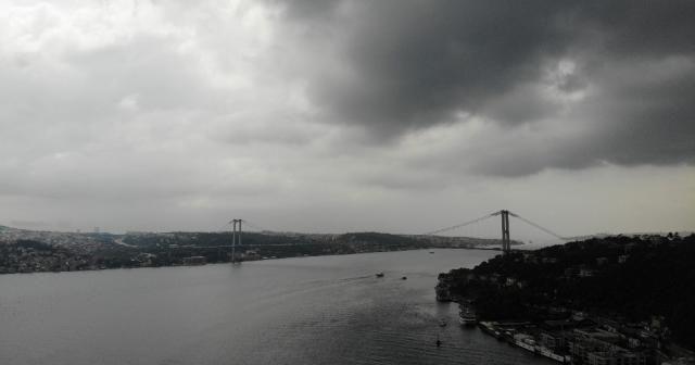 İstanbul'u kaplayan kara bulutlar havadan görüntülendi