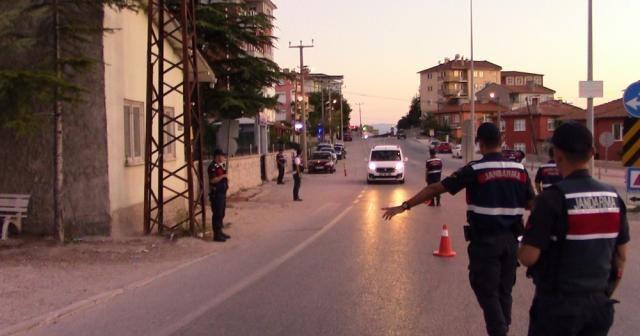 Jandarma sürücülerin bayramı kutlayıp baklava ikram etti