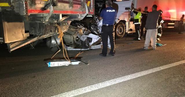 Kamyonun çektiği otomobile tır çarptı: 3 ölü, 2 yaralı