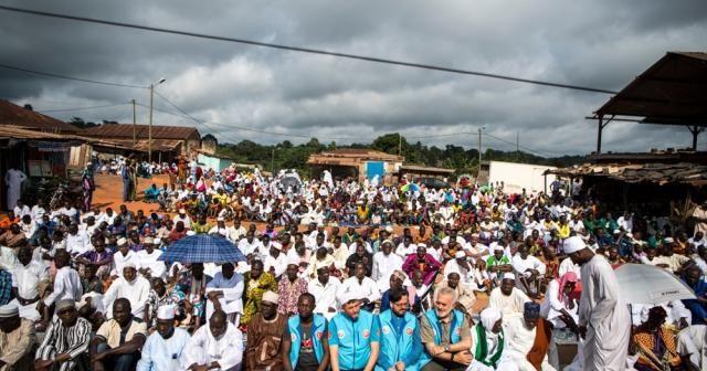 TDV, Abidjan'da bayram namazı sonrası Kur'an-ı Kerim dağıttı
