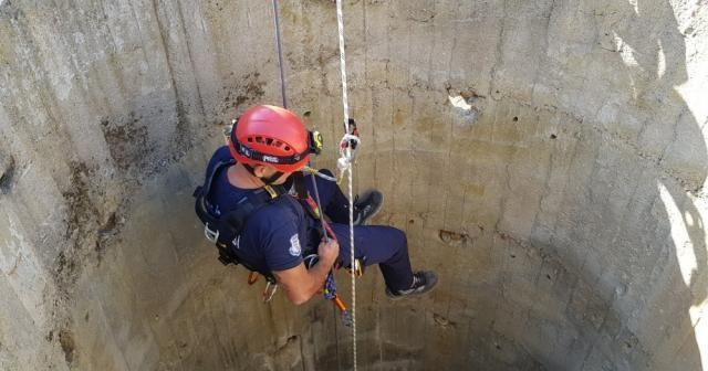 30 metrelik kuyuda 3 gün mahsur kalan tilki kurtarıldı
