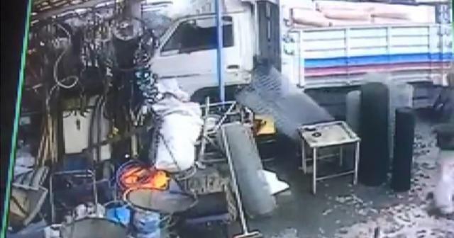 Freni boşalan kamyon hırdavat dükkanına gir
