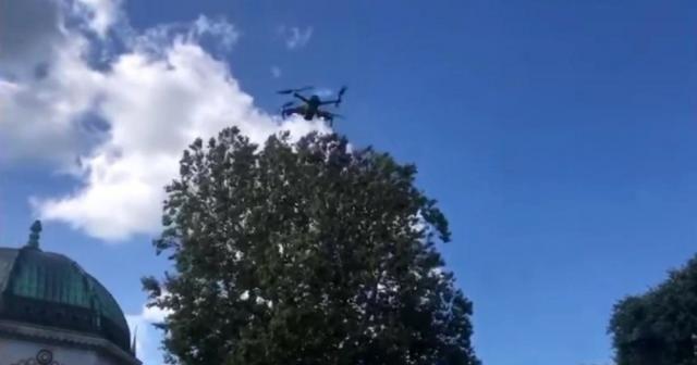 İstanbul polisinden tarihi Sultanahmet Meydanı'nda turistlere drone ile anons