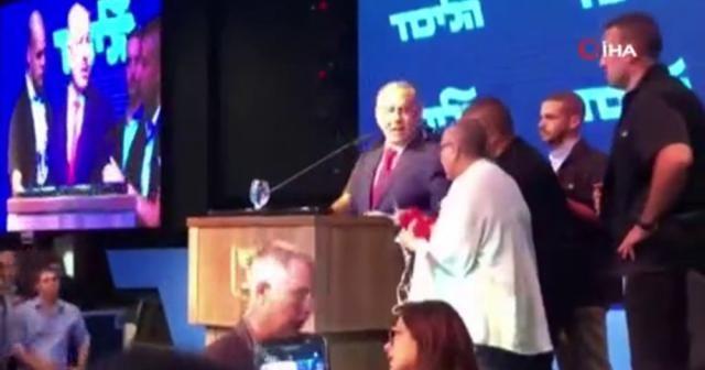 Siren sesleri çalınca Netanyahu konuşmasını keserek oradan ayrıldı