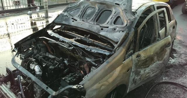 Sultangazi'de seyir halindeki otomobil alev aldı