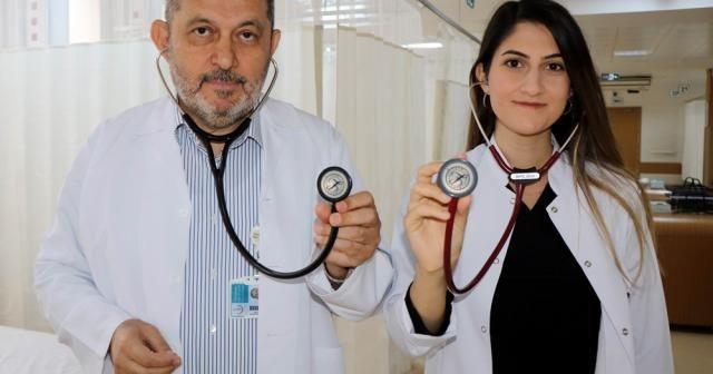 Baba-kız doktorlar aynı hastanede şifa dağıtıyor
