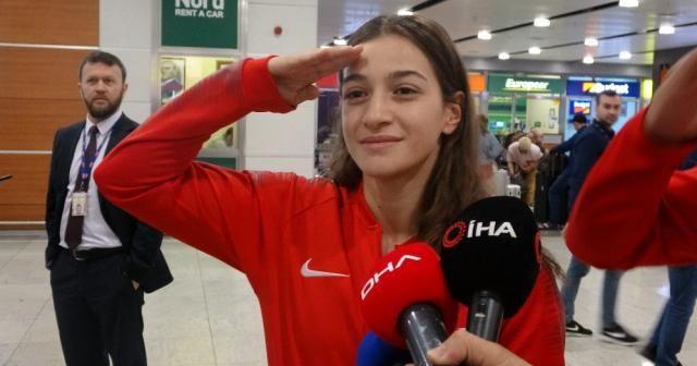 Dünya ikincisi boksör Buse Naz Çakıroğlu'ndan asker selamı