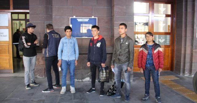 Kaçak Afgan uyruklu şahıslar Doğu Ekspresine binerken polise yakalandı