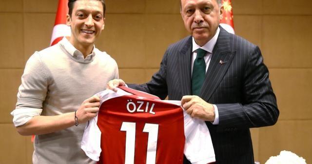 """Mesut Özil: """"Kiminle fotoğraf çektireceğime karar vermekte özgürüm"""""""