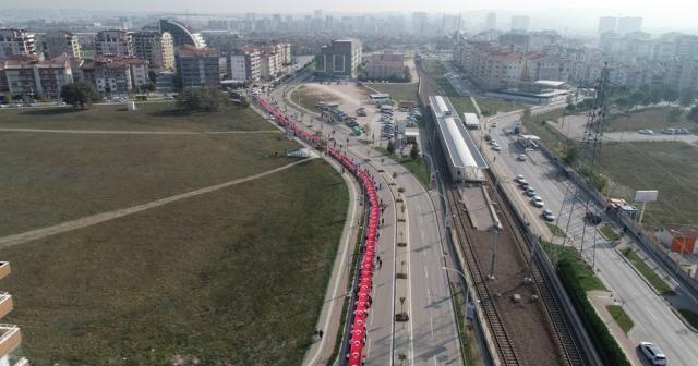Öğrenciler 400 metrelik Türk bayrağını böyle taşıdı