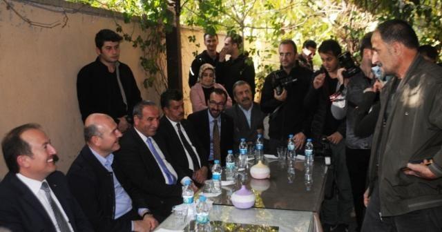 Bakan Soylu Cizre'de esnafı ziyaret edip vatandaşlarla çay içti