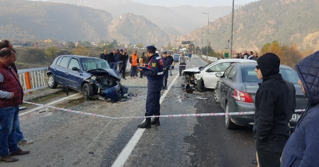 Hatalı sollama kazayı da beraberinde getirdi: 3 yaralı