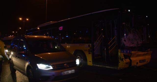 İETT otobüsü, otomobile çarptı: 1'i ağır 3 kişi yaralandı