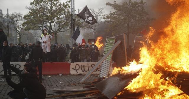 Protestolarının yıl dönümünde sokağa inen Sarı Yeleklilere polis müdahalesi