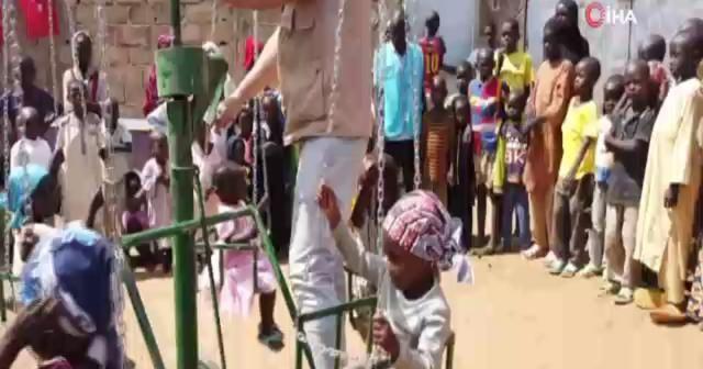 Afrikalı kimsesiz çocukların ilk dönme dolap sevinci kamerada