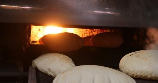 Tel Abyad'da fırından çıkan ekmekler halka ücretsiz dağıtılıyor