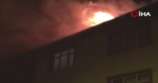 Alev alev yanan çatıyı söndürmek için itfaiye seferber oldu