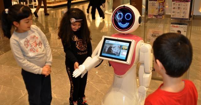 AVM'deki robot güvenlik personeli ilgi odağı
