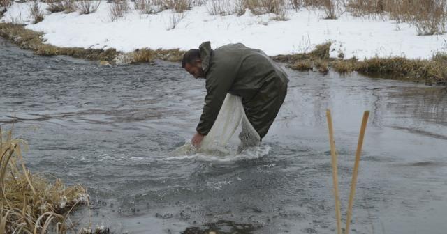 Eksi 25 derecede suya girip balık avlıyorlar