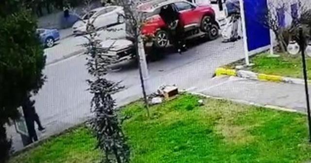 Yaşlı kadının çekicinin kaldırdığı araçtan düştüğü anlar kamerada