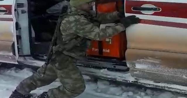 Siirt'te ambulans kara saplandı, yardıma Mehmetçik koştu