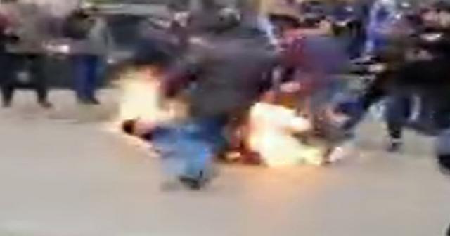 Ukrayna'da bir gösterici kendini ateşe verdi